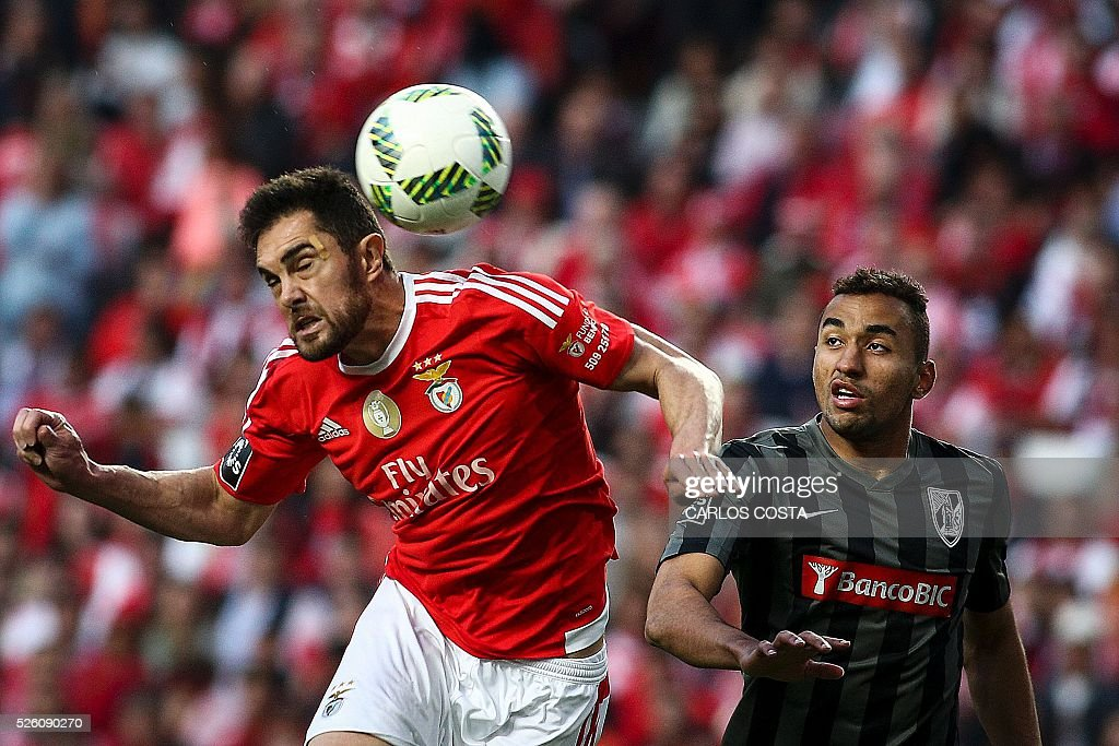 Benfica's Brazilian defender Jardel Vieira (L) heads the ball to score a goal during the Portuguese league football match SL Benfica vs Vitoria Sport Clube at the Luz stadium in Lisbon on April 29, 2016. / AFP / CARLOS