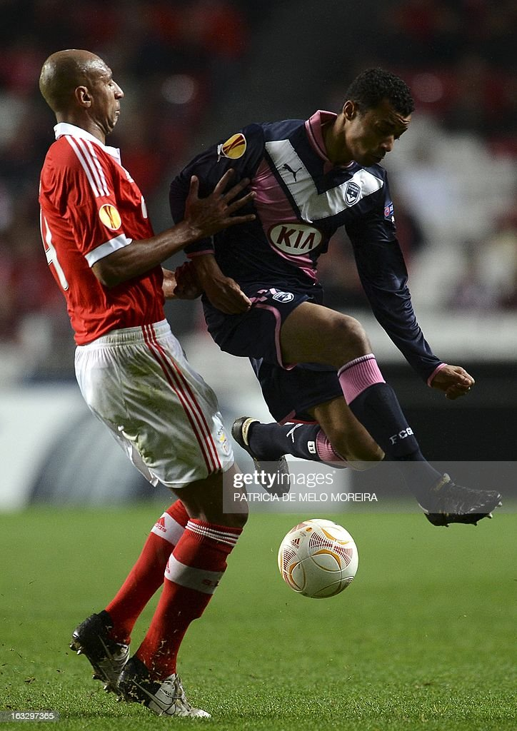 Benfica's Brazilian defender 'Luisao' Silva (L) vies with Bordeaux's Senegalese defender Lamine Sane during the UEFA Europa League round of 16 first leg football match SL Benfica vs FC Girondins de Bordeaux at the Luz stadium in Lisbon on March 7, 2013. AFP PHOTO / PATRICIA DE MELO MOREIRA