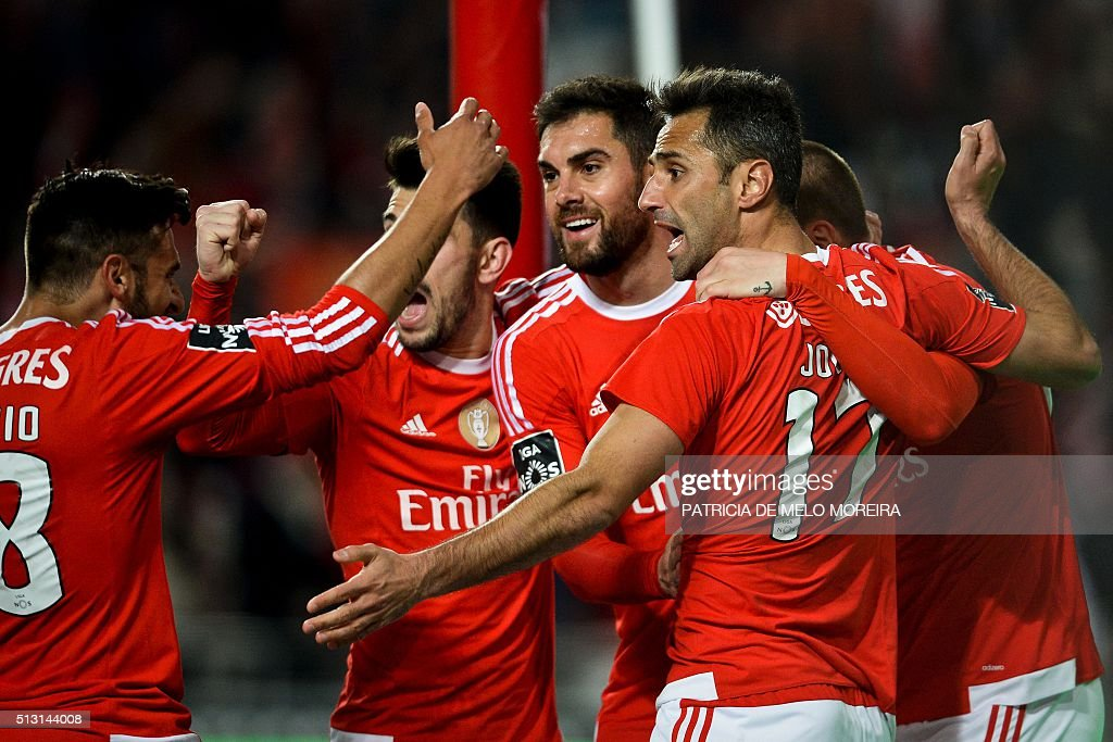 Benfica's Brazilian forward Jonas Oliveira (2R) celebrates with his teammates after scoring during the Portuguese league football match SL Benfica vs Uniao Madeira at the Luz stadium in Lisbon on February 29, 2016. / AFP / PATRICIA