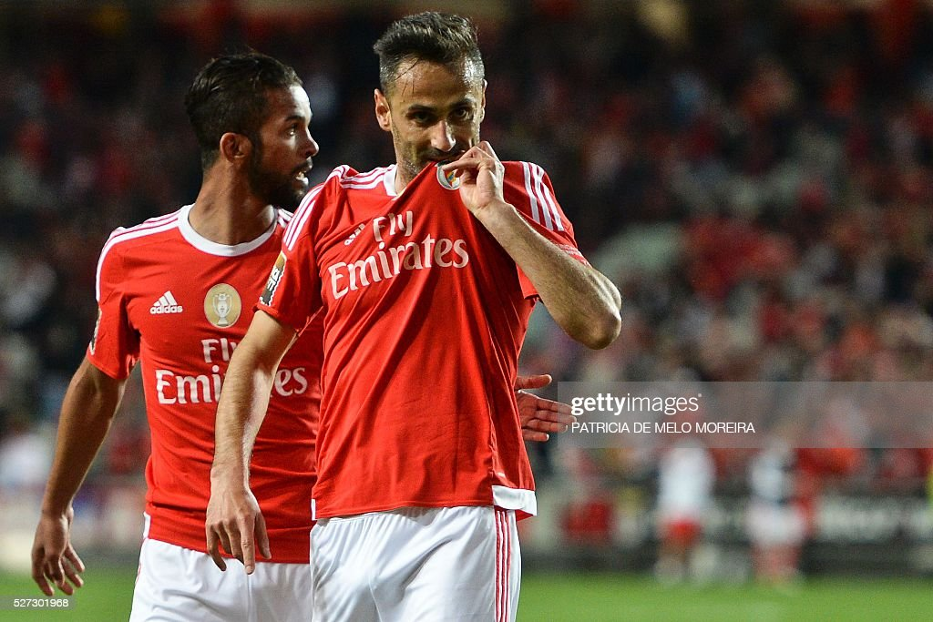Benfica's Brazilian forward Jonas Oliveira (R) celebrates with his teammate Benfica's Belgian midfielder Mehdi Carcela-Gonzalez after scoring during the Portuguese League Cup semi-final football match SL Benfica vs SC Braga at Luz stadium on May 2, 2016. / AFP / PATRICIA
