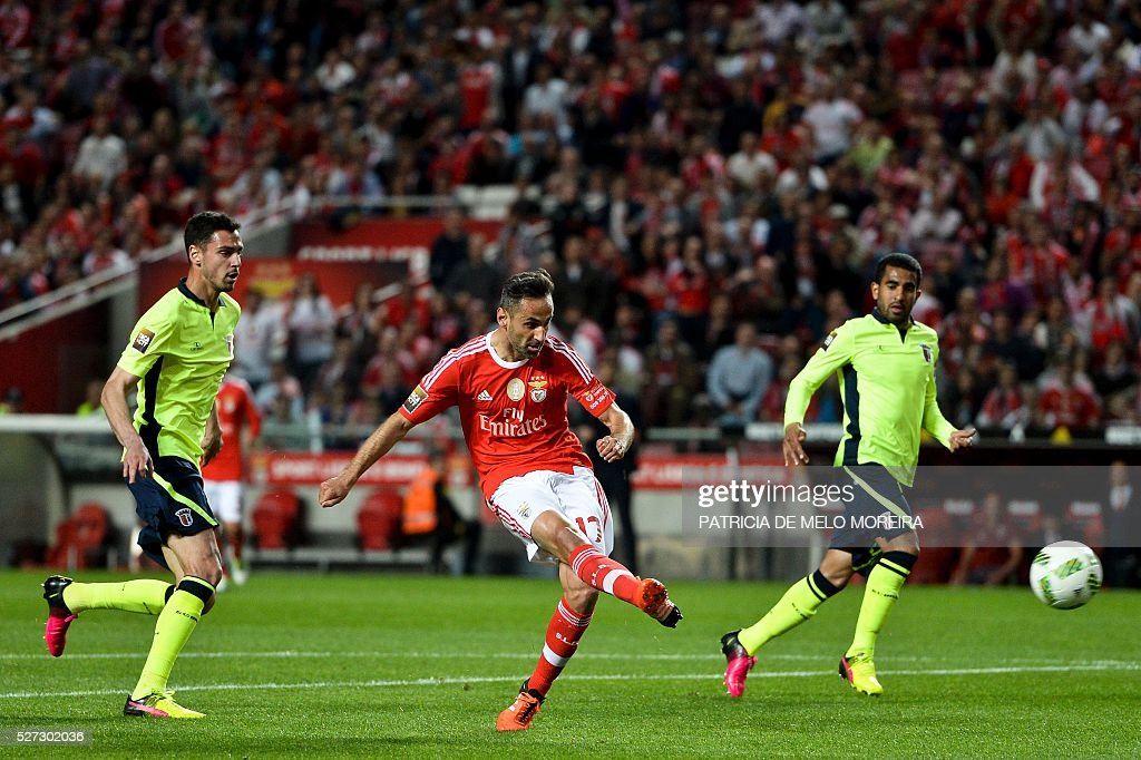 Benfica's Brazilian forward Jonas Oliveira (C) kicks the ball to score during the Portuguese League Cup semi-final football match SL Benfica vs SC Braga at Luz stadium on May 2, 2016. / AFP / PATRICIA