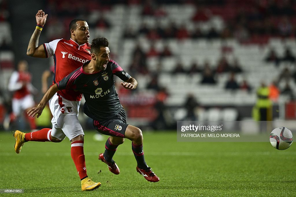 Benfica's Brazilian forward <a gi-track='captionPersonalityLinkClicked' href=/galleries/search?phrase=Jonas+-+Brazilian+Forward&family=editorial&specificpeople=10555097 ng-click='$event.stopPropagation()'>Jonas</a> Oliveira (R) vies with Braga's Colombian forward Pardo (L) during the Portuguese Cup football match SL Benfica vs SC Braga at the Luz Stadium in Lisbon on December 18, 2014.