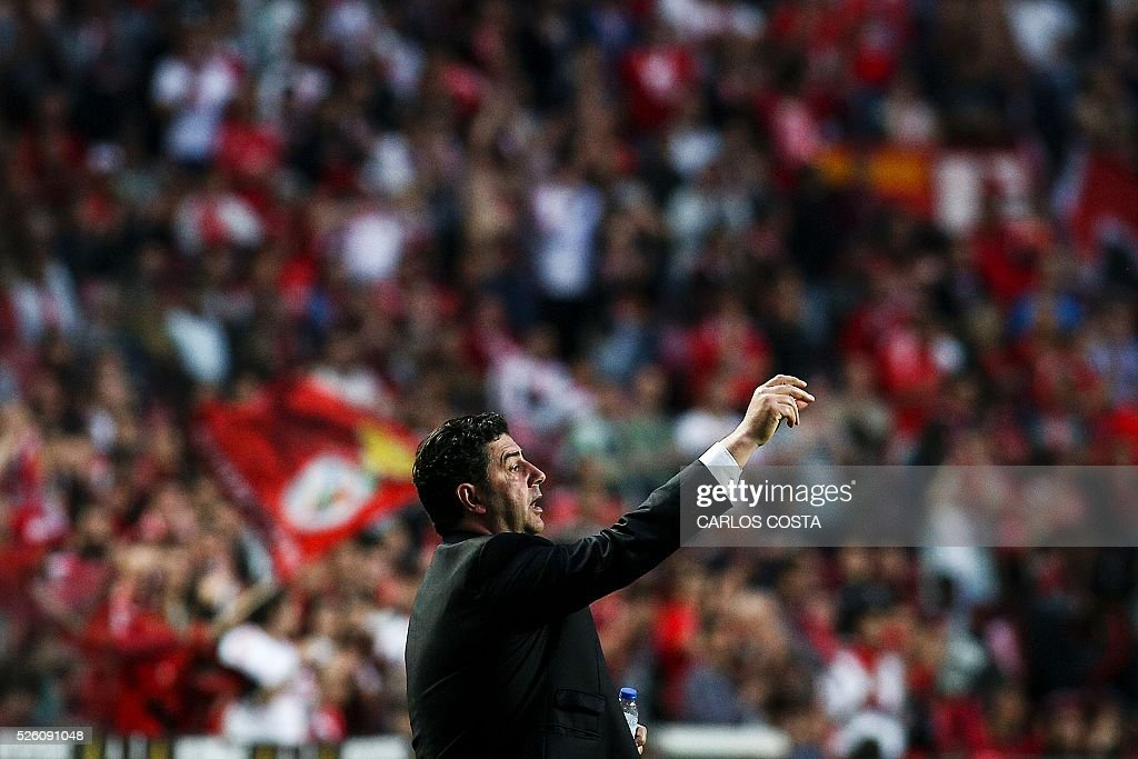 Benfica's coach Rui Vitoria gestures during the Portuguese league football match SL Benfica vs Vitoria Sport Clube at the Luz stadium in Lisbon on April 29, 2016. / AFP / CARLOS