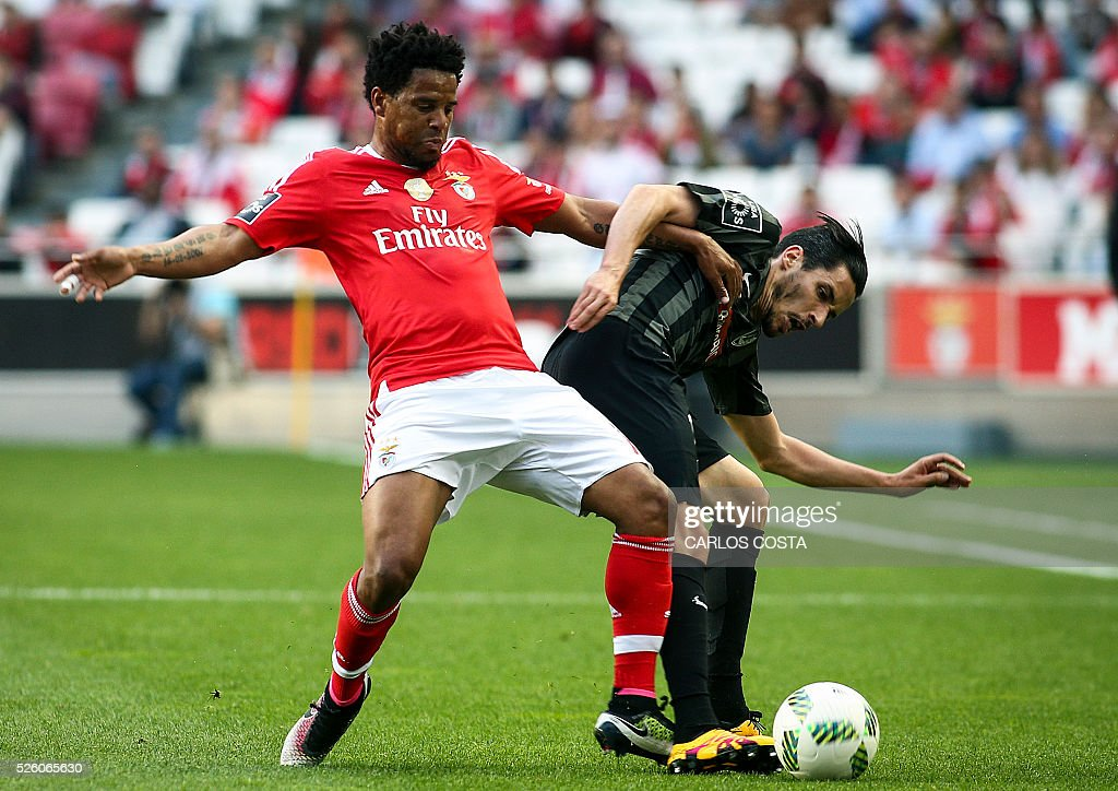Benfica's defender Eliseu (L) vies with Vitoria Guimaraes' forward Lica during the Portuguese league football match SL Benfica vs Vitoria Sport Clube at the Luz stadium in Lisbon on April 29, 2016. / AFP / CARLOS