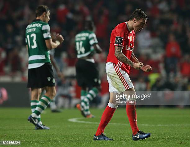 Benfica's defender from Sweden Victor Lindelof celebrates the victory at the end of the Primeira Liga match between SL Benfica and Sporting CP at...