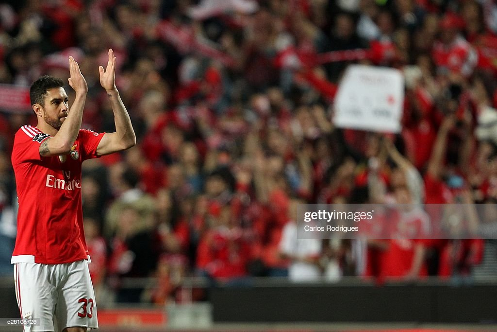 Benfica's defender <a gi-track='captionPersonalityLinkClicked' href=/galleries/search?phrase=Jardel+-+Fu%C3%9Fballspieler+-+Innenverteidiger+-+Jahrgang+1986&family=editorial&specificpeople=12802586 ng-click='$event.stopPropagation()'>Jardel</a> Vieira celebrating scored Benfica's goal during the match between SL Benfica and Vitoria de Guimaraes for Portuguese Primeira Liga at Estadio da Luz on April 29, 2016 in Lisbon, Portugal.