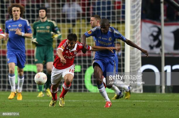 Benfica's Eduardo Salvio and Chelsea's Nascimento Ramires battle for the ball