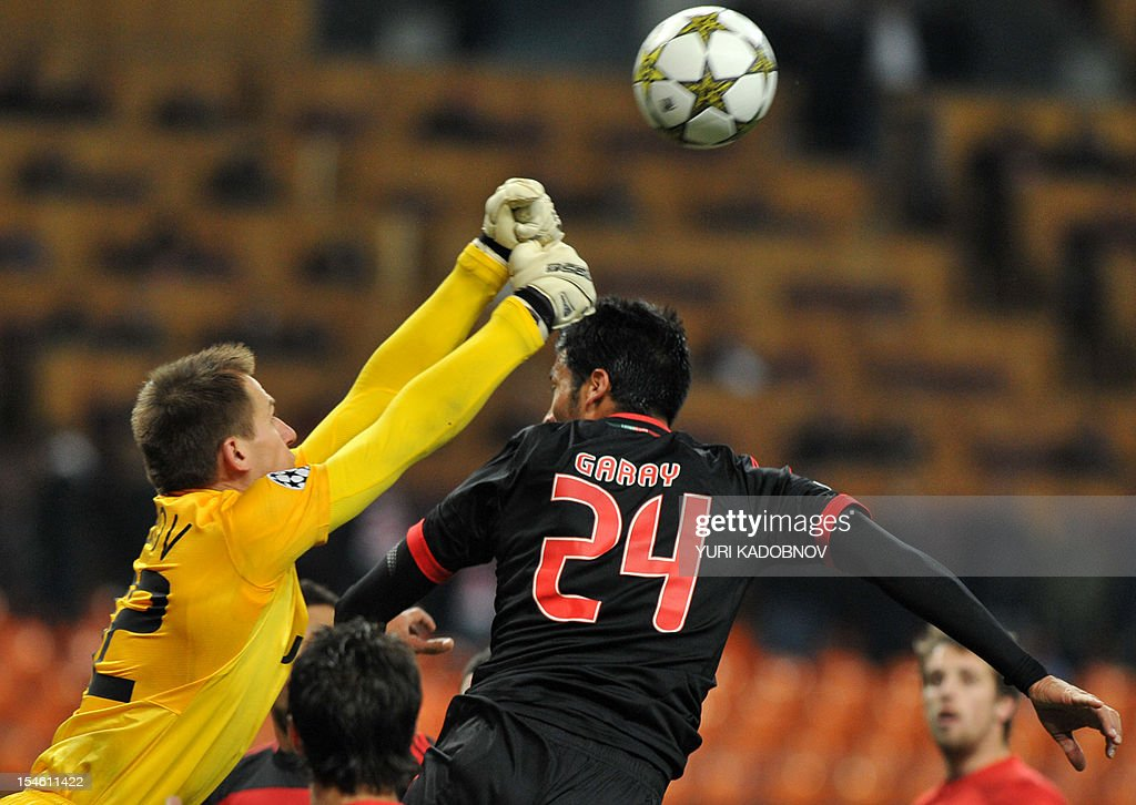 Benfica's Ezequiel Garay (R) vies with Spartak Moskva's goalkeeper Artem Rebrov (L) during their UEFA Champions League group G football match at the Luzhniki stadium in Moscow on October 23, 2012. AFP PHOTO / YURI KADOBNOV
