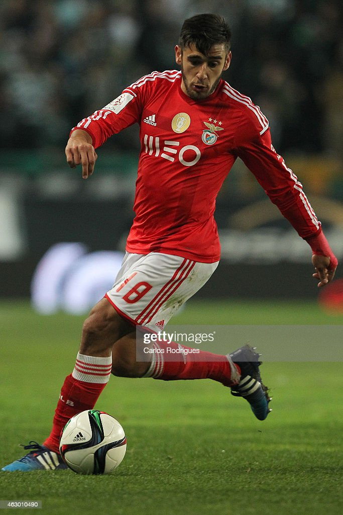 Benfica's forward <a gi-track='captionPersonalityLinkClicked' href=/galleries/search?phrase=Eduardo+Salvio&family=editorial&specificpeople=5670924 ng-click='$event.stopPropagation()'>Eduardo Salvio</a> during the Primeira Liga match between Sporting CP and SL Benfica at Estadio Jose Alvalade on February 08, 2015 in Lisbon, Portugal.