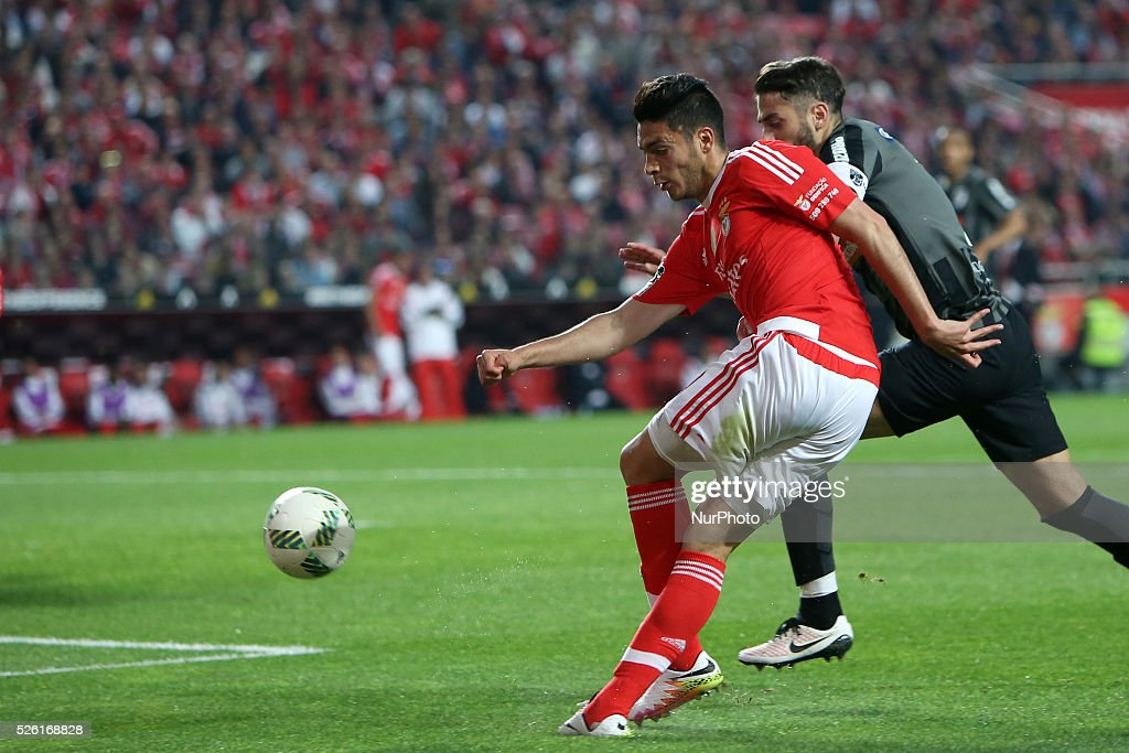 Benfica's forward Ral Jimnez in action during the Portuguese League football match SL Benfica vs Vitoria Guimaraes SC at Luz stadium in Lisbon on April 29, 2016.