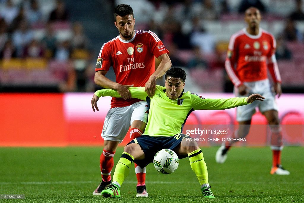 Benfica's Greek midfielder Andreas Samaris (L) vies with Braga's midfielder Josue Pesqueira during the Portuguese League Cup semi-final football match SL Benfica vs SC Braga at Luz stadium on May 2, 2016. / AFP / PATRICIA