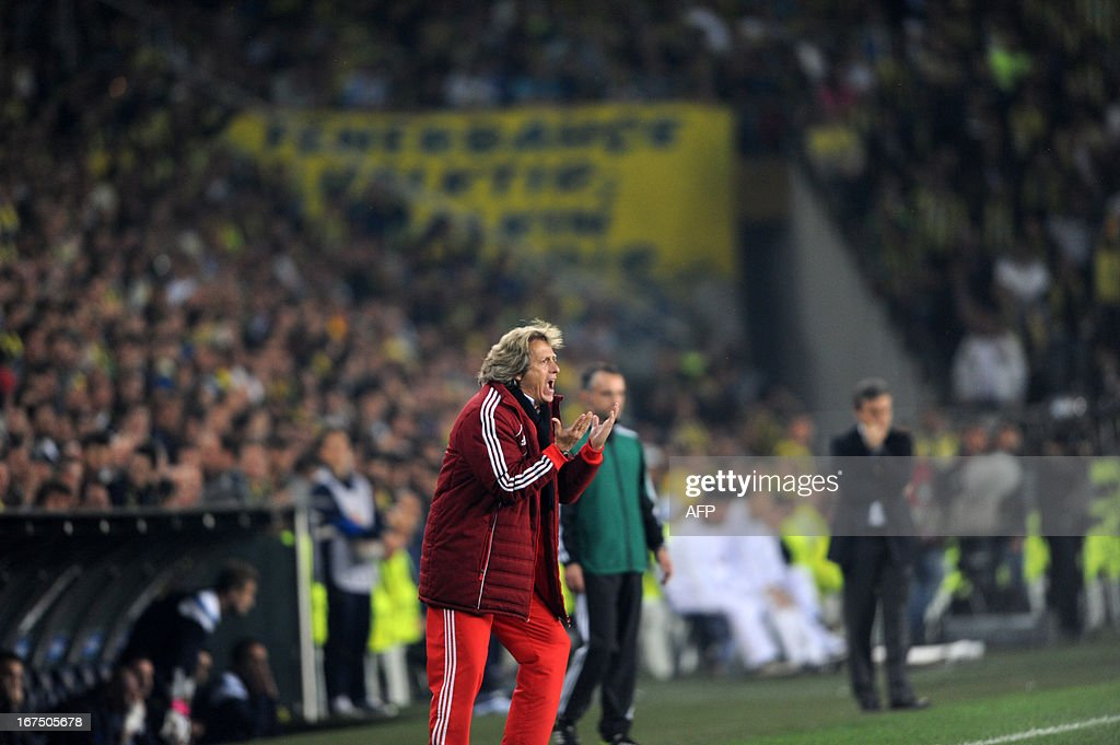 Benfica's head coach Jorge Jesus gestures during an UEFA Europa League semi-final football match between Fenerbahce and Benfica at Sukru Saracoglu stadium on April 25, 2013 in Istanbul. AFP PHOTO/BULENT KILIC