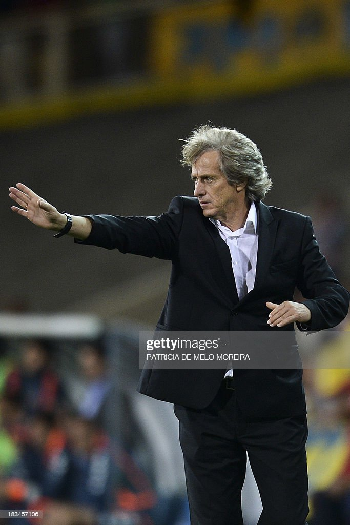Benfica's head coach Jorge Jesus gestures during the Portuguese league football match GD Estoril Praia vs SL Benfica at the Antonio Coimbra da Mota stadium in Estoril, outskirts of Lisbon, on October 6, 2013. AFP PHOTO / PATRICIA DE MELO MOREIRA