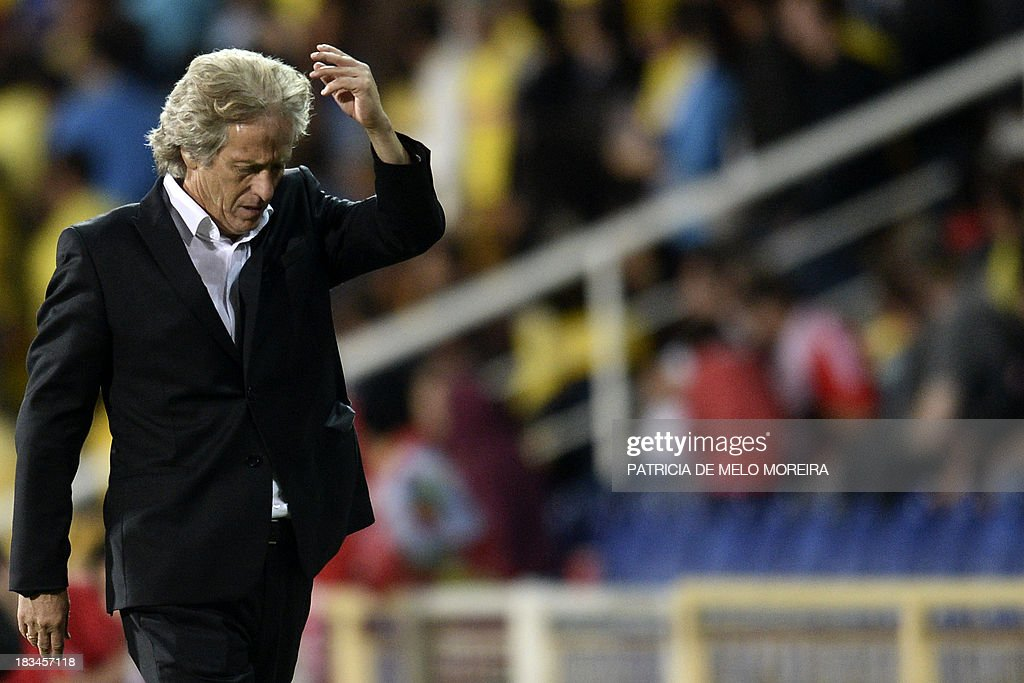 Benfica's head coach Jorge Jesus reacts during the Portuguese league football match GD Estoril Praia vs SL Benfica at the Antonio Coimbra da Mota stadium in Estoril, outskirts of Lisbon, on October 6, 2013. AFP PHOTO / PATRICIA DE MELO MOREIRA
