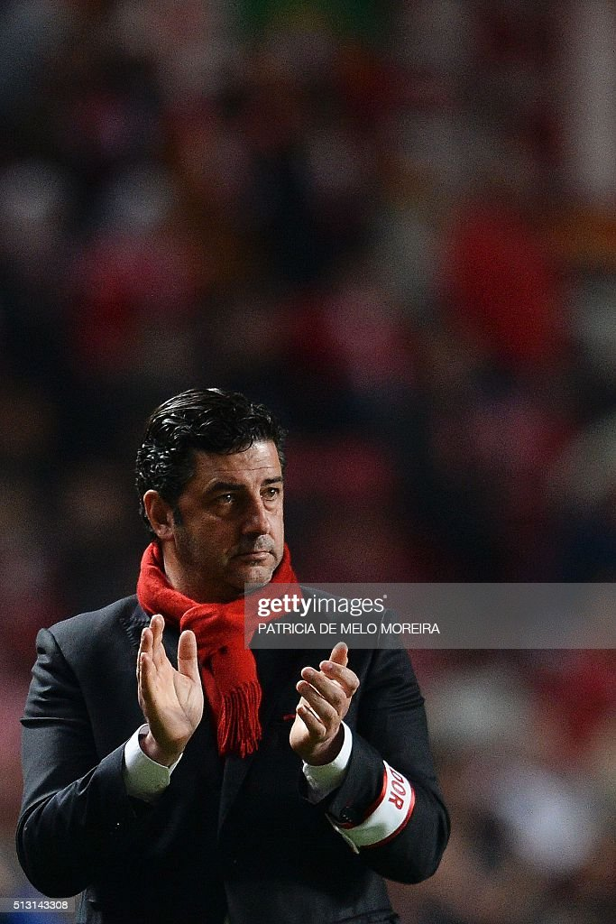 Benfica's head coach Rui Vitoria claps from the sidelineduring the Portuguese league football match SL Benfica vs Uniao Madeira at the Luz stadium in Lisbon on February 29, 2016. / AFP / PATRICIA