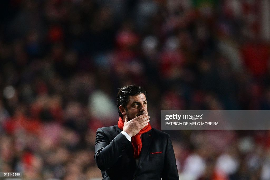 Benfica's head coach Rui Vitoria gestures from the sideline during the Portuguese league football match SL Benfica vs Uniao Madeira at the Luz stadium in Lisbon on February 29, 2016. / AFP / PATRICIA