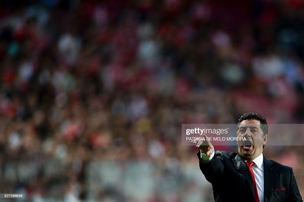 Benfica's head coach Rui Vitoria gestures from the sideline during the Portuguese League Cup semi-final football match SL Benfica vs SC Braga at Luz stadium on May 2, 2016. / AFP / PATRICIA