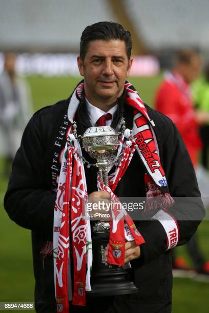 Benfica's head coach Rui Vitoria raises the trophy after the Portugal Cup Final football match SL Benfica vs Vitoria Guimaraes SC at Jamor stadium in...