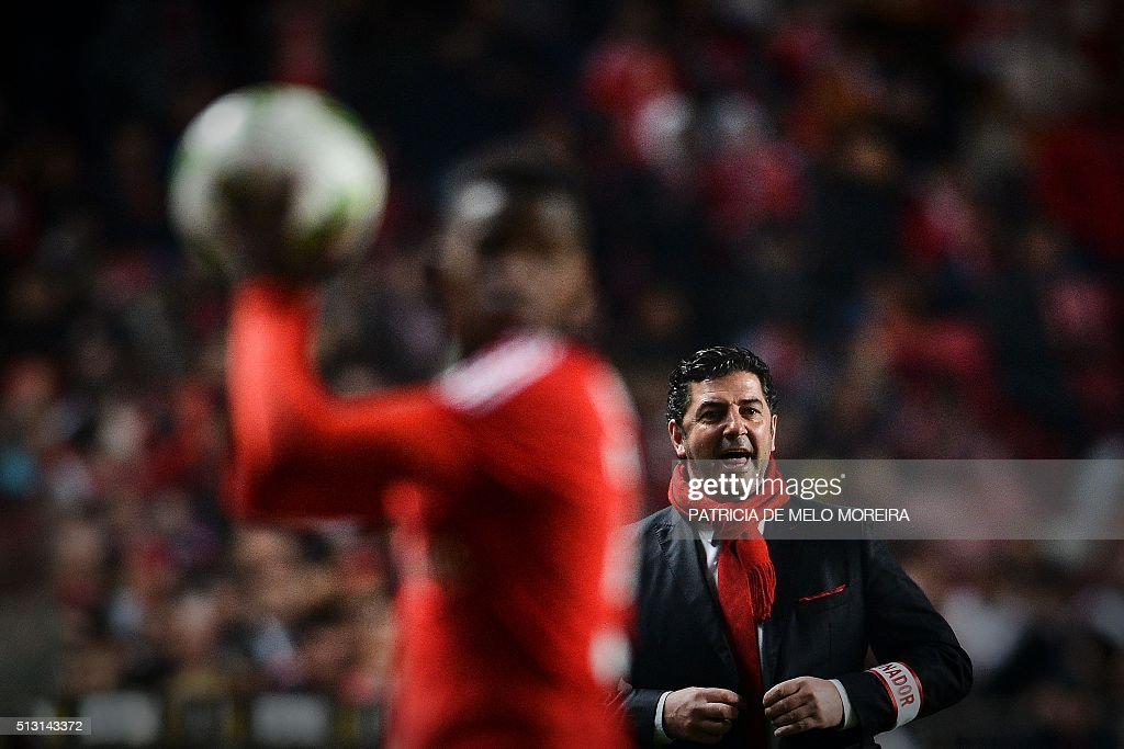 Benfica's head coach Rui Vitoria shouts from the sidelineduring the Portuguese league football match SL Benfica vs Uniao Madeira at the Luz stadium in Lisbon on February 29, 2016. / AFP / PATRICIA
