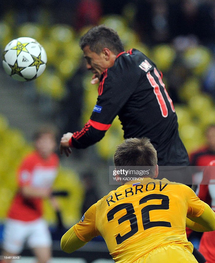 Benfica's Lima (top) scores a goal against Spartak Moskva as Spartak's goalkeeper Artem Rebrov (bottom) tries to stop him during their UEFA Champions League group G football match at the Luzhniki stadium in Moscow on October 23, 2012. AFP PHOTO / YURI KADOBNOV