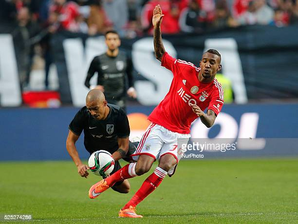 Benfica's midfielder Anderson Talisca vies for the ball with Guimaraes's defender Bruno Gaspar during the Portuguese League football match between SL...