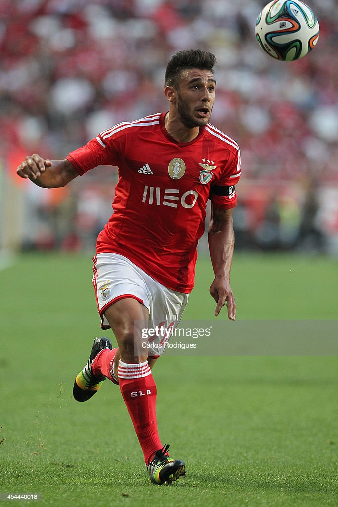 Benfica's midfielder <a gi-track='captionPersonalityLinkClicked' href=/galleries/search?phrase=Eduardo+Salvio&family=editorial&specificpeople=5670924 ng-click='$event.stopPropagation()'>Eduardo Salvio</a> during the Primeira Liga match between SL Benfica and Sporting CP at Estadio da Luz on August 31, 2014 in Lisbon, Portugal. (Photo by Carlos Rodrigues/Getty Images).