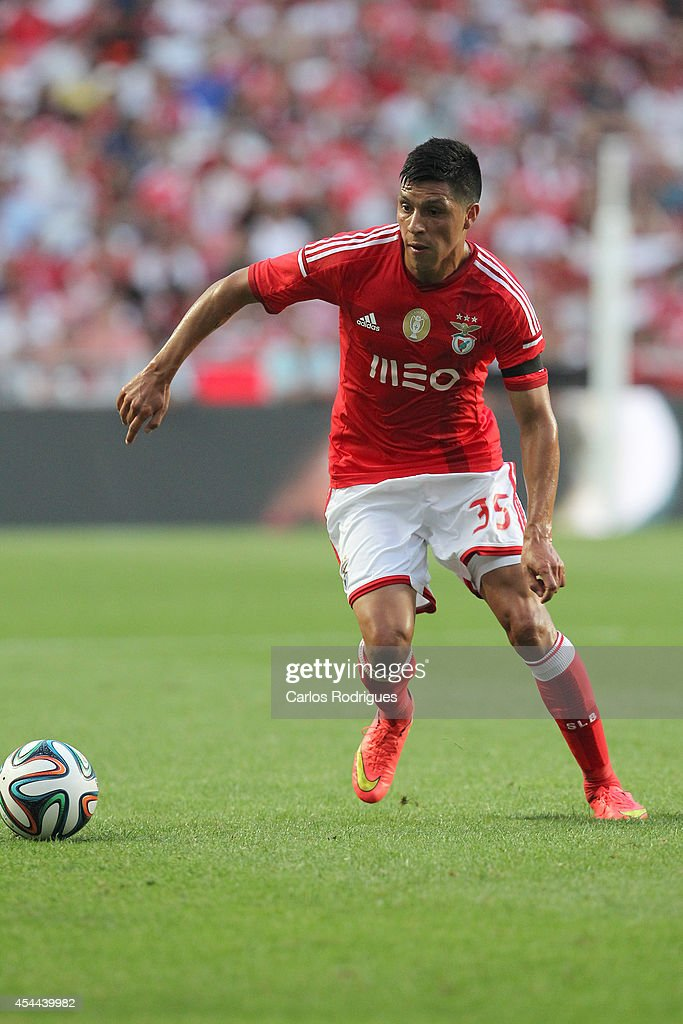 Benfica's midfielder <a gi-track='captionPersonalityLinkClicked' href=/galleries/search?phrase=Enzo+Perez&family=editorial&specificpeople=3275855 ng-click='$event.stopPropagation()'>Enzo Perez</a> during the Primeira Liga match between SL Benfica and Sporting CP at Estadio da Luz on August 31, 2014 in Lisbon, Portugal. (Photo by Carlos Rodrigues/Getty Images).