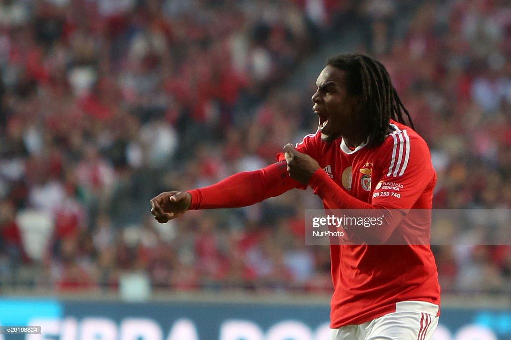 Benfica's midfielder Renato Sanches argues with Guimaraes's defender Josu during the Portuguese League football match SL Benfica vs Vitoria Guimaraes SC at Luz stadium in Lisbon on April 29, 2016.