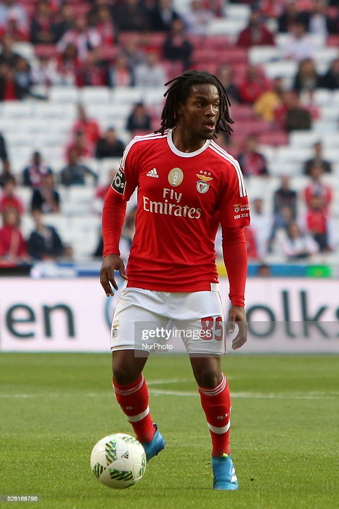 Benfica's midfielder Renato Sanches in action during the Portuguese League football match SL Benfica vs Vitoria Guimaraes SC at Luz stadium in Lisbon on April 29, 2016.