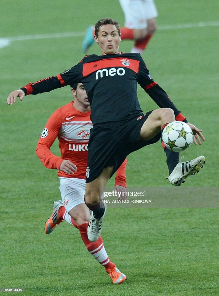 Benfica's Nemanja Matic (Top) vies with Spartak's Jose Manuel Jurado during their Champions League Group G football match in Moscow on October 23, 2012. AFP PHOTO/NATALIA KOLESNIKOVA