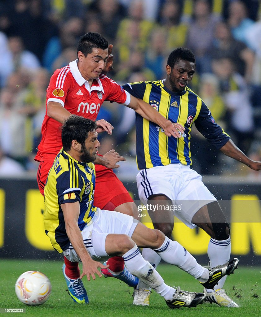 Benfica's Oscar Cardoza (C) vies with Fenerbahce's Egemen Korkmaz (L) and Joseph Yobo (R) during an UEFA Europa League semi final football match between Fenerbahce and Benfica at Sukru Saracoglu stadium on April 25, 2013, in Istanbul.