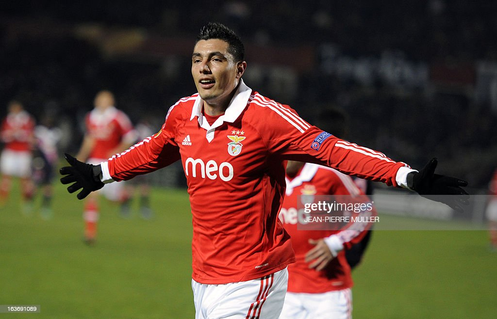 Benfica's Oscar Cardozo celebrates after scoring during the UEFA Europa league round of 16 football match Bordeaux vs Benfica on March 14, 2013 at the Chaban-Delmas stadium in Bordeaux, southwerstern France. AFP PHOTO / JEAN-PIERRE MULLER