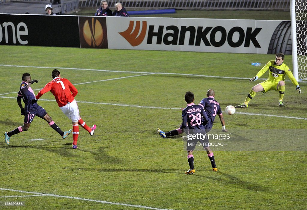 Benfica's Oscar Cardozo (2nd L) scores a goal during the UEFA Europa league round of 16 football match Bordeaux vs Benfica on March 14 , 2013 at the Chaban-Delmas stadium in Bordeaux, southwerstern France. AFP PHOTO / MEHDI FEDOUACH