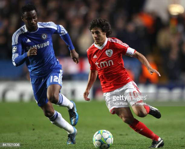 Benfica's Pablo Aimar gets away from Chelsea's John Mikel Obi