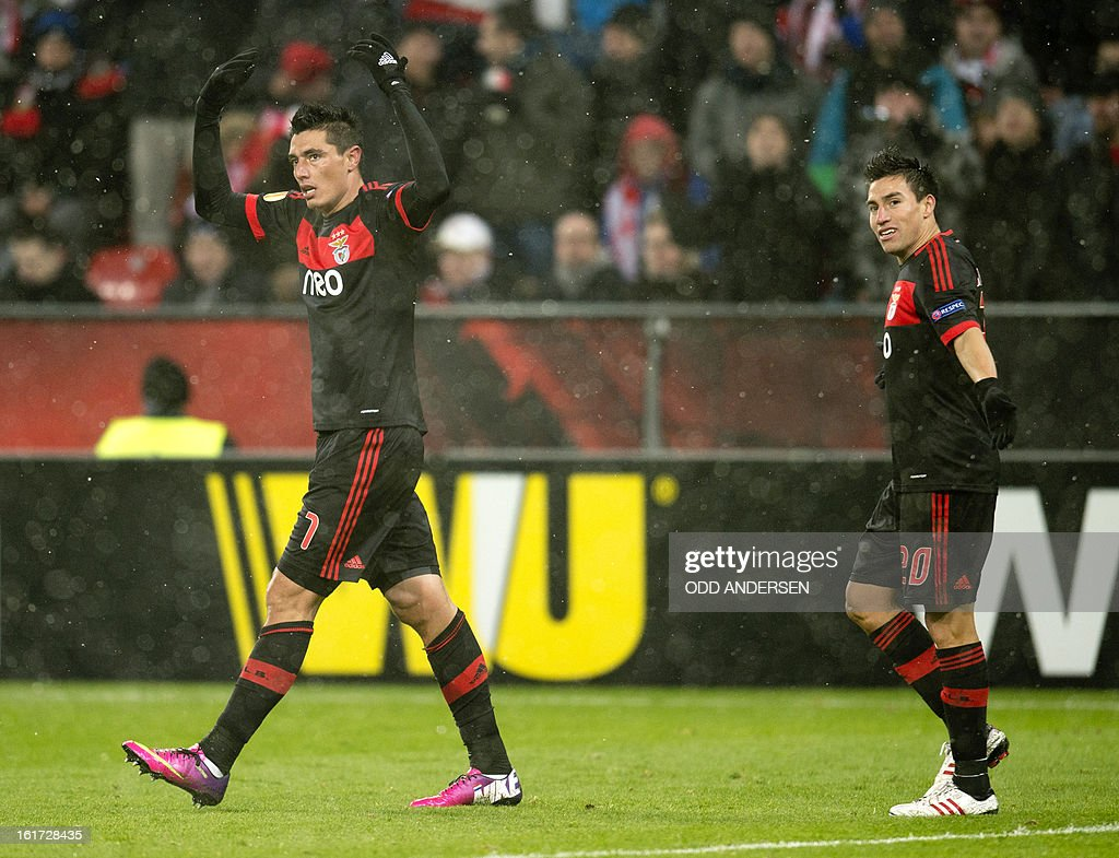 Benfica's Paraguayan forward Oscar Cardozo (L) celebrates after scoring during the UEFA Europa League football match Bayer 04 Leverkusen vs SL Benfica on February 14, 2013 in Leverkusen, western Germany. AFP PHOTO / ODD ANDERSEN