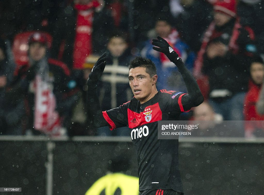 Benfica's Paraguayan forward Oscar Cardozo celebrates after scoring during the UEFA Europa League football match Bayer 04 Leverkusen vs SL Benfica on February 14, 2013 in Leverkusen, western Germany.