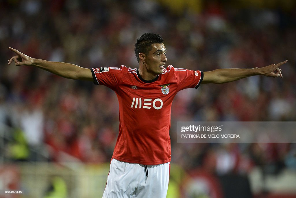 Benfica's Paraguayan forward Oscar Cardozo celebrates after scoring during the Portuguese league football match GD Estoril Praia vs SL Benfica at the Antonio Coimbra da Mota stadium in Estoril, outskirts of Lisbon, on October 6, 2013. AFP PHOTO / PATRICIA DE MELO MOREIRA