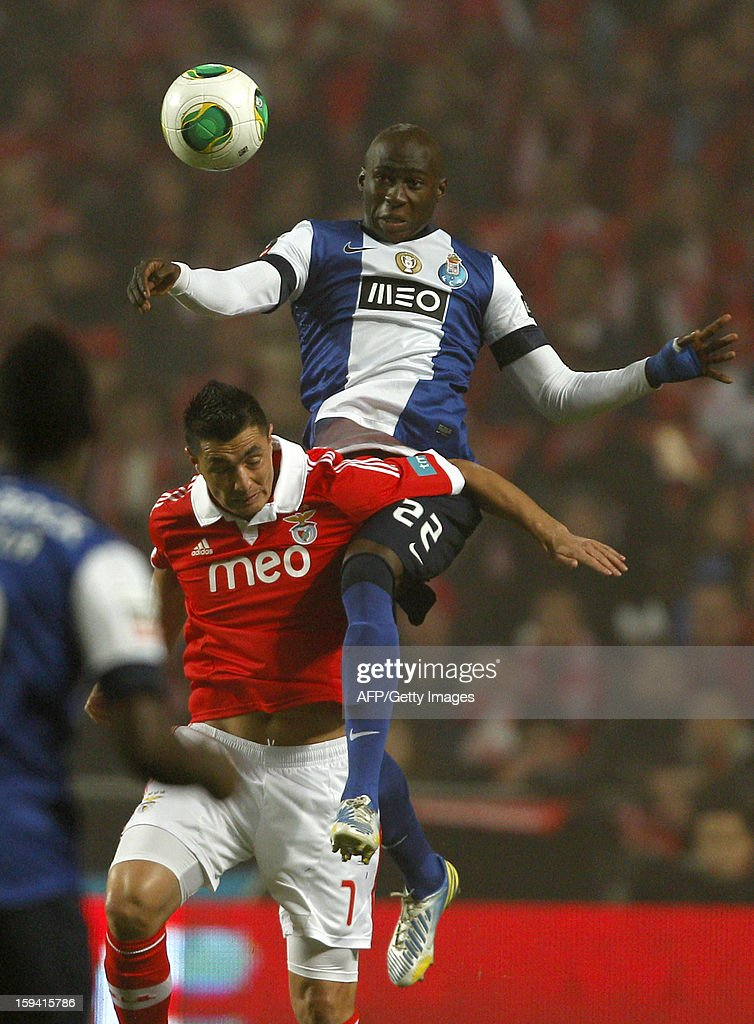 Benfica's Paraguayan forward Oscar Cardozo (L) vies with Porto's defender Eliaquim Mangala (R) during the Portuguese league football match SL Benfica vs FC Porto at Luz Stadium in Lisbon on January 13, 2013.