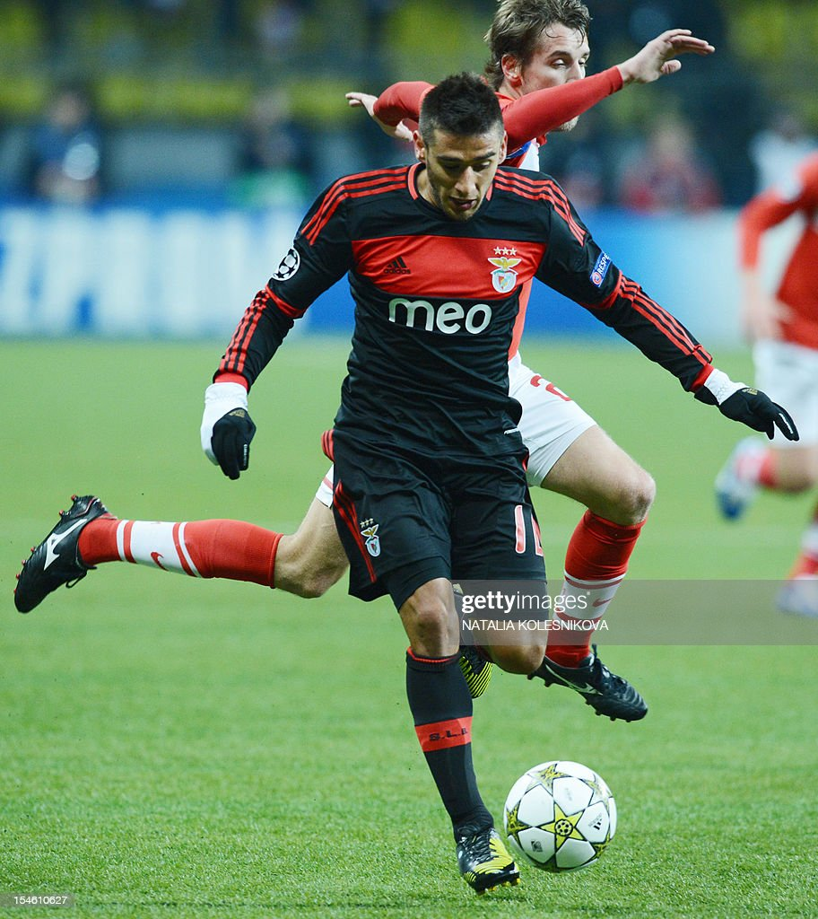 Benfica's player Eduardo Salvio (Front) vies with Spartak's Dmitri Kombarov during their Champions League Group G football match in Moscow on October 23, 2012.