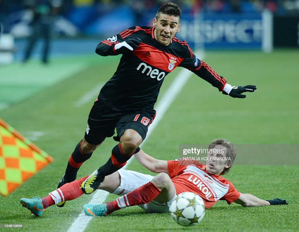 Benfica's player Eduardo Salvio (L) vies with Spartak's Jano Ananidze (R) during their Champions League Group G football match in Moscow on October 23, 2012.
