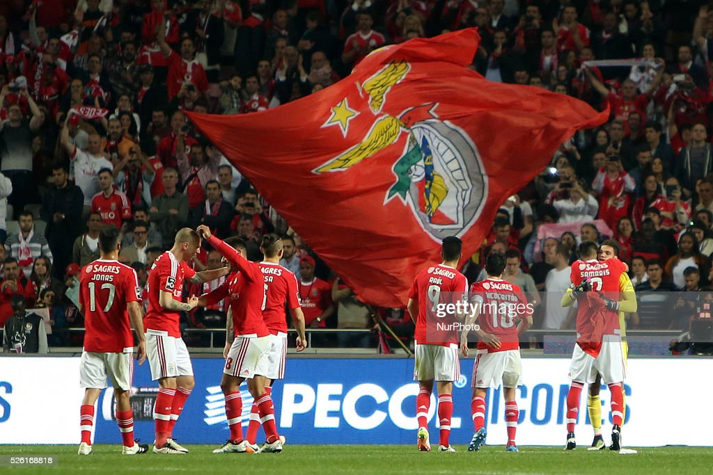 Benfica's players celebrate the victory after the Portuguese League football match SL Benfica vs Vitoria Guimaraes SC at Luz stadium in Lisbon on April 29, 2016.