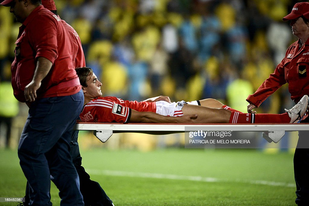 Benfica's Serbian midfielder Lazar Markovic leaves the field on a stretcher after being injured during the Portuguese league football match GD Estoril Praia vs SL Benfica at the Antonio Coimbra da Mota stadium in Estoril, outskirts of Lisbon, on October 6, 2013. AFP PHOTO / PATRICIA DE MELO MOREIRA