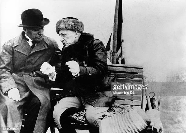 Benito Mussolini *29071883Politiker Italien19251943/45 Diktator Italiens im Gespräch mit dem Dichter undPolitiker Gabriele d'Annunzio während einer...