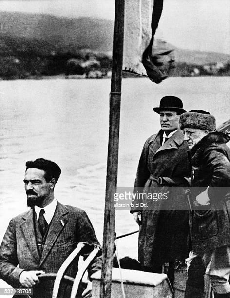 Benito Mussolini Politiker Italien 19251943/45 Diktator Italiens mit dem Dichter und Politiker Gabriele d'Annunzio während einer Bootsfahrt auf dem...