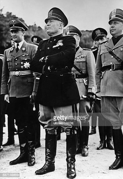 Benito Mussolini Politiker Italien 19251943/45 Diktator Italiens mit Reichsjugendführer Artur Axmann während einer Veranstaltung der 'Gioventu...