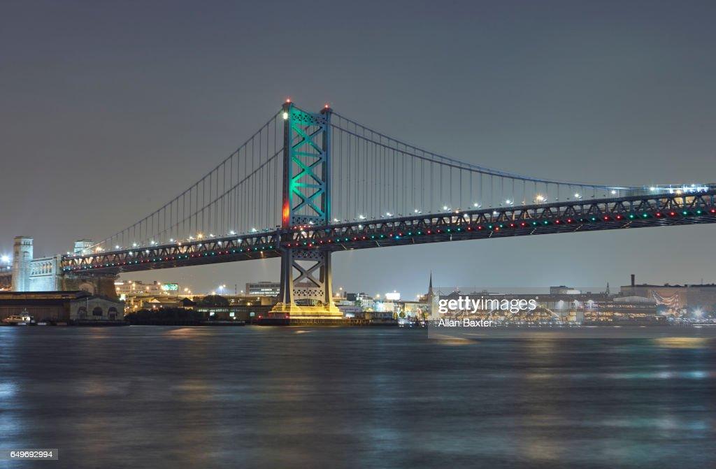 Benjamin Franklin Bridge over the Delaware river illuminated at night : Stock Photo
