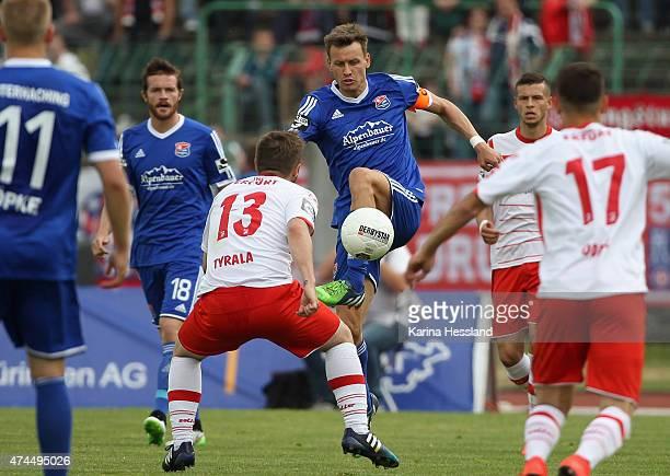 Benjamin Schwarz of Unterhaching on the ball during the Third League match between FC Rot Weiss Erfurt and SpVgg Unterhaching at Steigerwaldstadion...