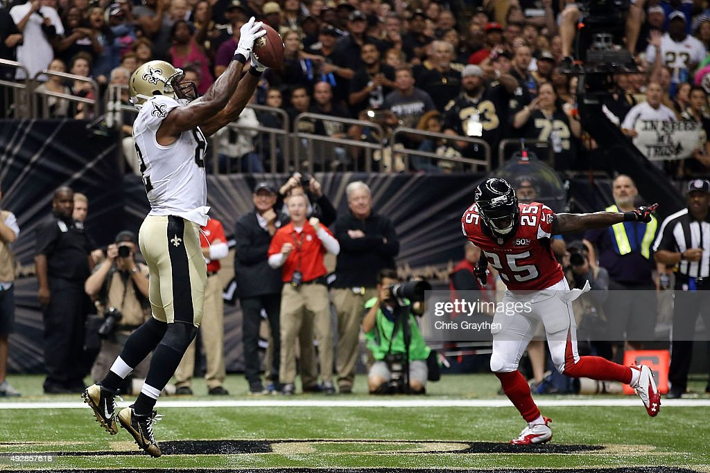 Benjamin Watson #82 of the New Orleans Saints catches a pass for a touchdown during the third quarter of a game against the Atlanta Falcons at the Mercedes-Benz Superdome on October 15, 2015 in New Orleans, Louisiana.