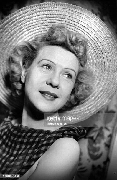 Benkhoff Fita Actress Germany*Portrait with straw hat Photographer Charlotte Willott 1954Vintage property of ullstein bild