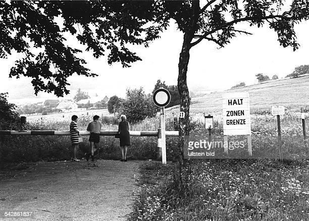 Beobachter am Schlagbaum der gesperrten Hochrhönstrasse zwischen Fladungen und Reichenhausen Juli 1969